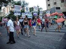 Los manifestantes marchan durante el desfile de orgullo gay en Córdoba fotos de archivo libres de regalías
