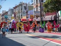 Los manifestantes proceden en el 40.o festival anual de Carnaval en San Fra Fotos de archivo