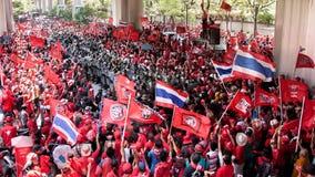 Los manifestantes rojos de la camisa sitian al ejército del alboroto Fotos de archivo