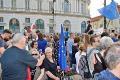 Los manifestantes se reúnen delante del palacio presidencial en Varsovia imagen de archivo