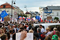 Los manifestantes se reúnen delante del palacio presidencial en Varsovia imagenes de archivo