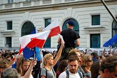 Los manifestantes se reúnen delante del palacio presidencial en Varsovia imagen de archivo libre de regalías