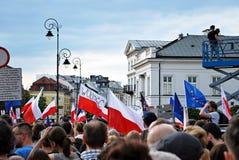 Los manifestantes se reúnen delante del palacio presidencial en Varsovia foto de archivo