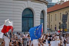 Los manifestantes se reúnen delante del palacio presidencial en Varsovia foto de archivo libre de regalías