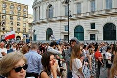 Los manifestantes se reúnen delante del palacio presidencial en Varsovia fotografía de archivo