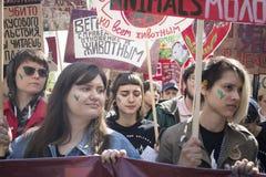 Los manifestantes soportan muestras que dicen que ?este planeta est? para todas las criaturas y ?vegano porque respeto alg?n otro foto de archivo libre de regalías