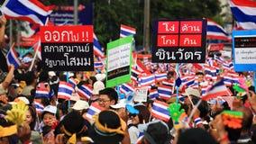 Los manifestantes tailandeses aumentan la bandera anti de Shinawatra Imagen de archivo