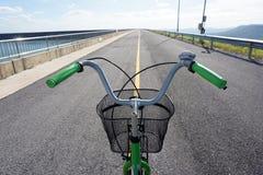 Los manillares y la cesta de la bicicleta solamente paran en el centro del camino fotos de archivo