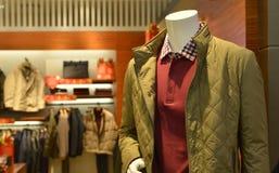 Los maniquíes de la moda del invierno del otoño de los hombres s en ropa de moda hacen compras Imagenes de archivo