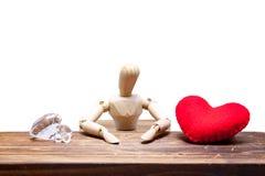 los maniquíes de madera eligen entre el diamante o el corazón, aislado en pizca Imágenes de archivo libres de regalías
