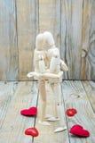 Los maniquíes juntan el abarcamiento del amor de la madera Imágenes de archivo libres de regalías