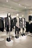 Los maniquíes en una tienda de ropa se vistieron en estilo nervioso, punky Fotografía de archivo