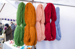 Los manojos de lana del hilo venden la feria al aire libre del mercado Foto de archivo