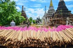 Los manojos de palillos rosados del incienso están siendo secados por el sol imagen de archivo