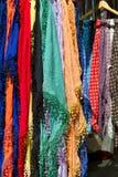 Los mantones coloridos para la venta en un mercado atascan Fotografía de archivo libre de regalías