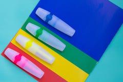 Los marcadores o la pluma coloreados brillantes del fieltro están situados en las hojas del colo Imagen de archivo libre de regalías