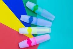 Los marcadores o la pluma coloreados brillantes del fieltro están situados en las hojas del colo Imagenes de archivo