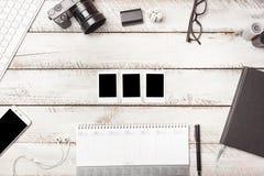 Los marcos vacíos de la foto en el escritorio del fotógrafo como plano mínimo ponen la sobremesa Foto de archivo