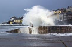 Los mares tempestuosos se rompen sobre la pared de mar en el agujero largo en Bangor, condado abajo durante los mares agitados en Imagen de archivo