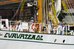 Los marineros hacen las fotos en la cubierta de un velero fotos de archivo libres de regalías