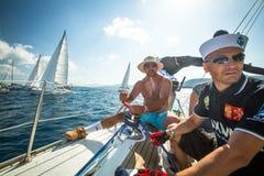 Los marineros no identificados participan en regata de la navegación Imagenes de archivo