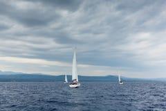 Los marineros participan en la regata 12mo Ellada de la navegación Fotos de archivo libres de regalías