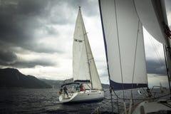 Los marineros participan en la regata 11mo Ellada 2014 de la navegación Fotos de archivo libres de regalías