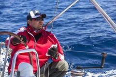 Los marineros participan en la regata 11mo Ellada 2014 de la navegación entre el grupo de islas griego en el Mar Egeo Fotografía de archivo libre de regalías