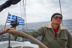 Los marineros participan en otoño 2014 de Ellada de la regata de la navegación el 12mo entre el grupo de islas griego en el Mar E Imágenes de archivo libres de regalías