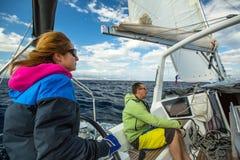 Los marineros participan en otoño 2014 de Ellada de la regata de la navegación el 12mo entre el grupo de islas griego en el Mar E Foto de archivo