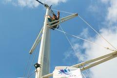 Los marineros participan en otoño 2014 de Ellada de la regata de la navegación el 12mo entre el grupo de islas griego en el Mar E Fotografía de archivo