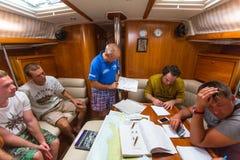 Los marineros participan en otoño 2014 de Ellada de la regata de la navegación el 12mo entre el grupo de islas griego en el Mar E Imagen de archivo