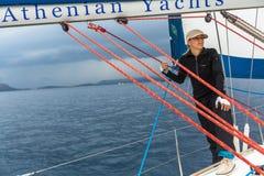 Los marineros participan en otoño 2014 de Ellada de la regata de la navegación el 12mo entre el grupo de islas griego en el Mar E Fotos de archivo libres de regalías