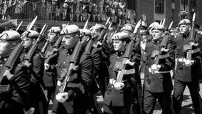 Los marineros, los soldados y Royal Air Force desfilan en honor de la reina Elizabeth II de Gran Bretaña