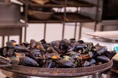 Los mariscos frieron los mejillones en el festival de la comida de la calle fotografía de archivo libre de regalías