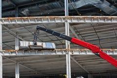 Los materiales de abastecimiento de la elevación en una nueva construcción se sientan Imagen de archivo libre de regalías