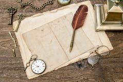 Los materiales de oficina y los accesorios antiguos, papel usado, empluman la pluma Imagenes de archivo