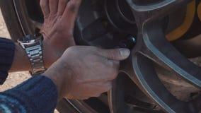 Los mecánicos cambian la rueda en un coche de competición almacen de metraje de vídeo