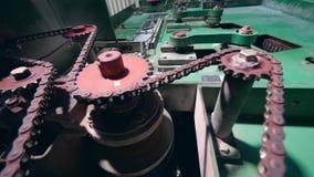 Los mecanismos trabajan en una planta no tejida de la tela metrajes