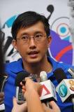 Los media se entrevistan con durante lanzamiento de la insignia de las Olimpiadas de la juventud foto de archivo