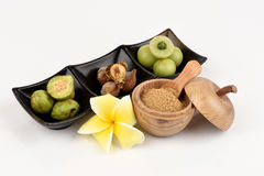 Los medios de Triphala (nombre tailandés) tres frutas contienen el belerica de Terminalia (Gaertn ) Roxb ), chebula Retz de Termi imagen de archivo libre de regalías