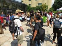 Los medios se entrevistan con en el eclipse solar parcial Fotos de archivo libres de regalías