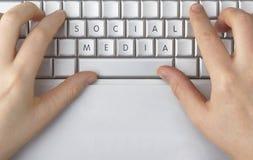 Los medios sociales deletrearon hacia fuera en un teclado de ordenador Imagen de archivo libre de regalías