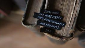 Los medios sociales - sepa, manual, idea almacen de metraje de vídeo