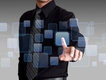 Los medios y el establecimiento de una red sociales que empujan manualmente del hombre de negocios en una pantalla táctil interco foto de archivo
