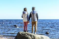 Los mejores amigos en el mundo, la proximidad y las sensaciones son limitados llevando a cabo las manos y mirando en la distancia imagen de archivo