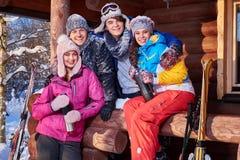 Los mejores amigos pasan vacaciones de invierno en la cabaña de la montaña imagenes de archivo