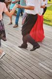 Los mejores amigos que bailan al aire libre en un día soleado, gozan, gozan fotos de archivo