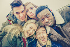 Los mejores amigos que toman el selfie al aire libre el invierno del otoño visten Fotos de archivo libres de regalías