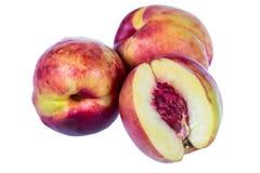 Los melocotones maduros dan fruto aislado en el recorte blanco del fondo Imagen de archivo libre de regalías